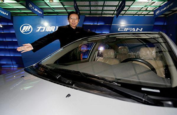 重慶富商尹明善創建重慶力帆集團,於2010年11月成為大陸首家上市A股的民營乘用車企業。目前面臨產量下滑、債務高企、賣廠賣地、股份被凍結。(China Photos/Getty Images)