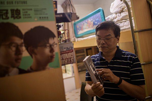 父親黃偉明在黃之鋒入獄時談到,他取名「黃之鋒」的意思,是希望他成為上帝手中的利器,當時是期待他去傳福音,從沒有想過會是社會運動的使命。(ANTHONY WALLACE/AFP/Getty Images)