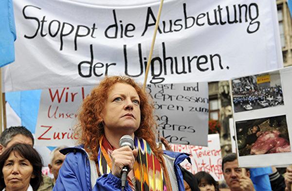 德國綠黨人權政策發言人鮑澤(Margarete Bause)因關注中國人權,遭中共拒絕隨團訪華。德國議會代表團隨即宣佈取消訪華。圖為鮑澤2009年參加慕尼黑世界維吾爾代表大會的活動。(JOERG KOCH/AFP)