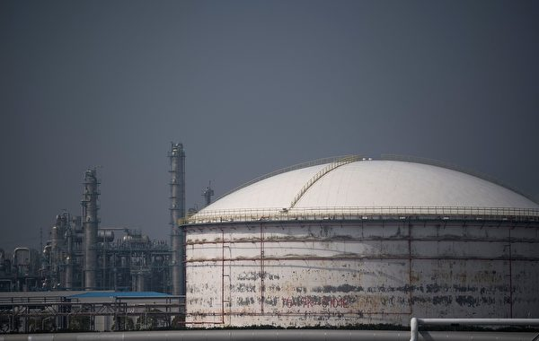 中國自2017年取代美國成為全球最大的原油進口國。圖為上海賽科石化儲油槽。(JOHANNES EISELE/AFP/Getty Images)