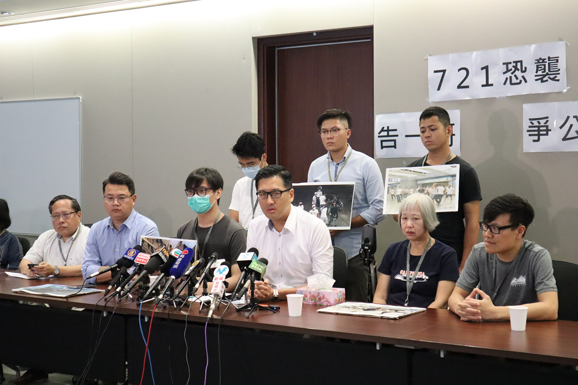 9月9日香港民主黨議員連同元朗事件7名受害人與媒體見面,宣佈向香港警務處長等提民事賠償。(駱亞 / 大紀元)
