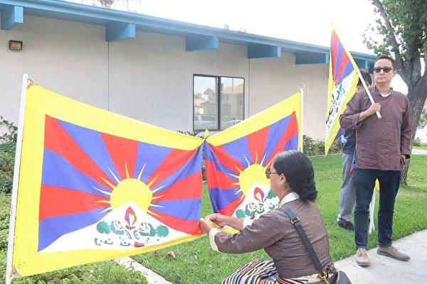 西藏人Dickey Dorjee(前)也到場聲援全球「反共送終」。(徐繡惠/大紀元)