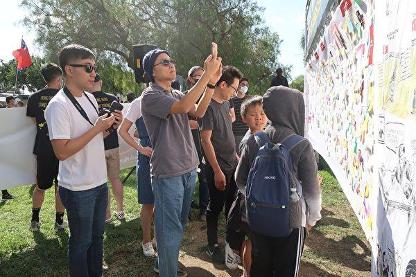 民眾觀看「歷史牆」。(徐繡惠/大紀元)