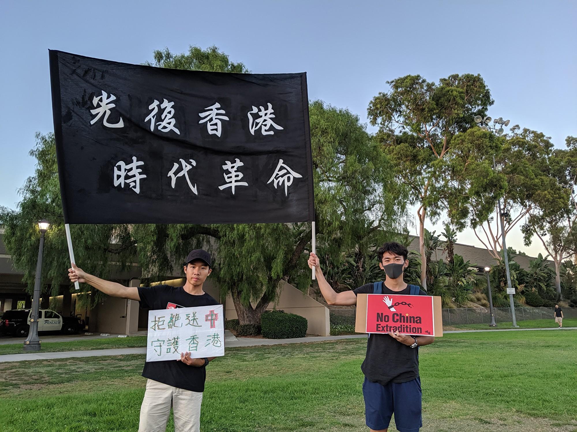 香港論壇學生高舉「光復香港 時代革命」大旗。(徐繡惠/大紀元)