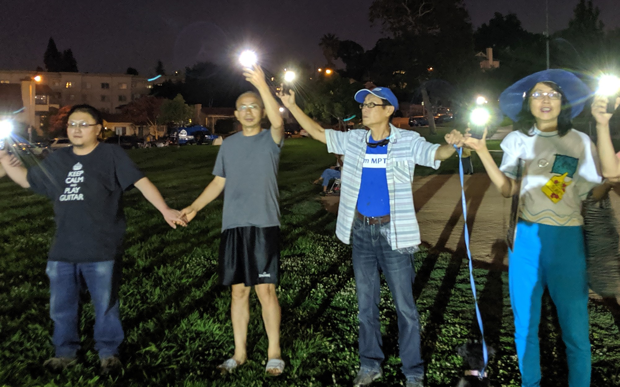 8月30日,洛杉磯人為「香港之路」組成人鏈,手牽手接力。(徐繡惠/大紀元)