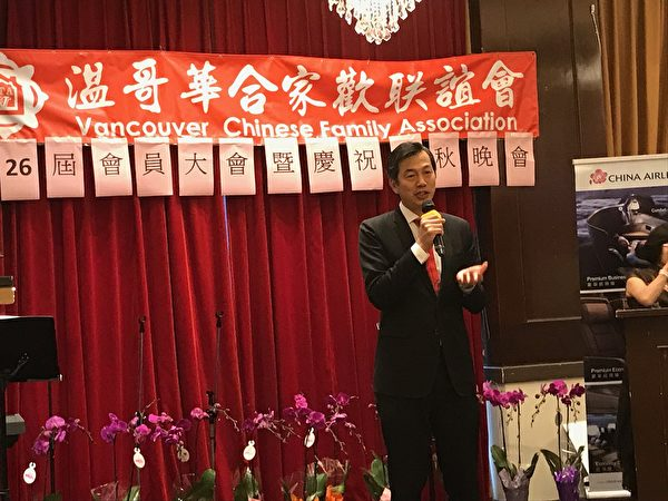 图:温哥华合家欢会长俞宝莲连任两年后卸任,交棒给谭乐仁。(邱晨/大纪元)