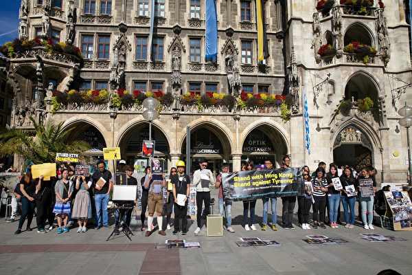 2019年9月29日,香港留學生、港僑等各界人士在慕尼黑瑪琳廣場集會,聲援香港民眾反極權的運動。圖為在集會上香港代表發言。(黃芩/大紀元)