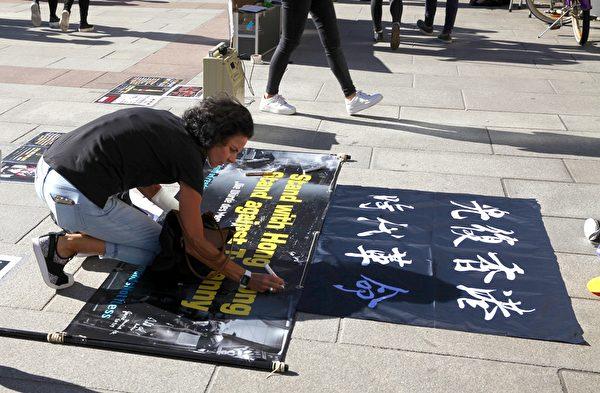 2019年9月29日,香港留學生、港僑等各界人士在慕尼黑瑪琳廣場集會,聲援香港民眾反極權的運動。圖為德國民眾簽名聲援香港民眾。(黃芩/大紀元)