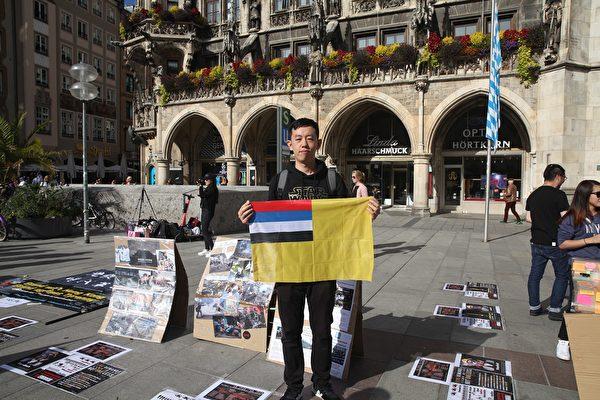 2019年9月29日,香港留學生、港僑等各界人士在慕尼黑瑪琳廣場集會,聲援香港民眾反極權的運動。圖為滿洲帝國協和會歐洲分部部長貝恩哈德特・希勒奇(Bernhardt Silergi)到場聲援。(黃芩/大紀元)