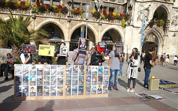 2019年9月29日,香港留學生、港僑等各界人士在慕尼黑瑪琳廣場集會,聲援香港民眾反極權的運動。圖為港人展示香港抗爭大事件。(黃芩/大紀元)