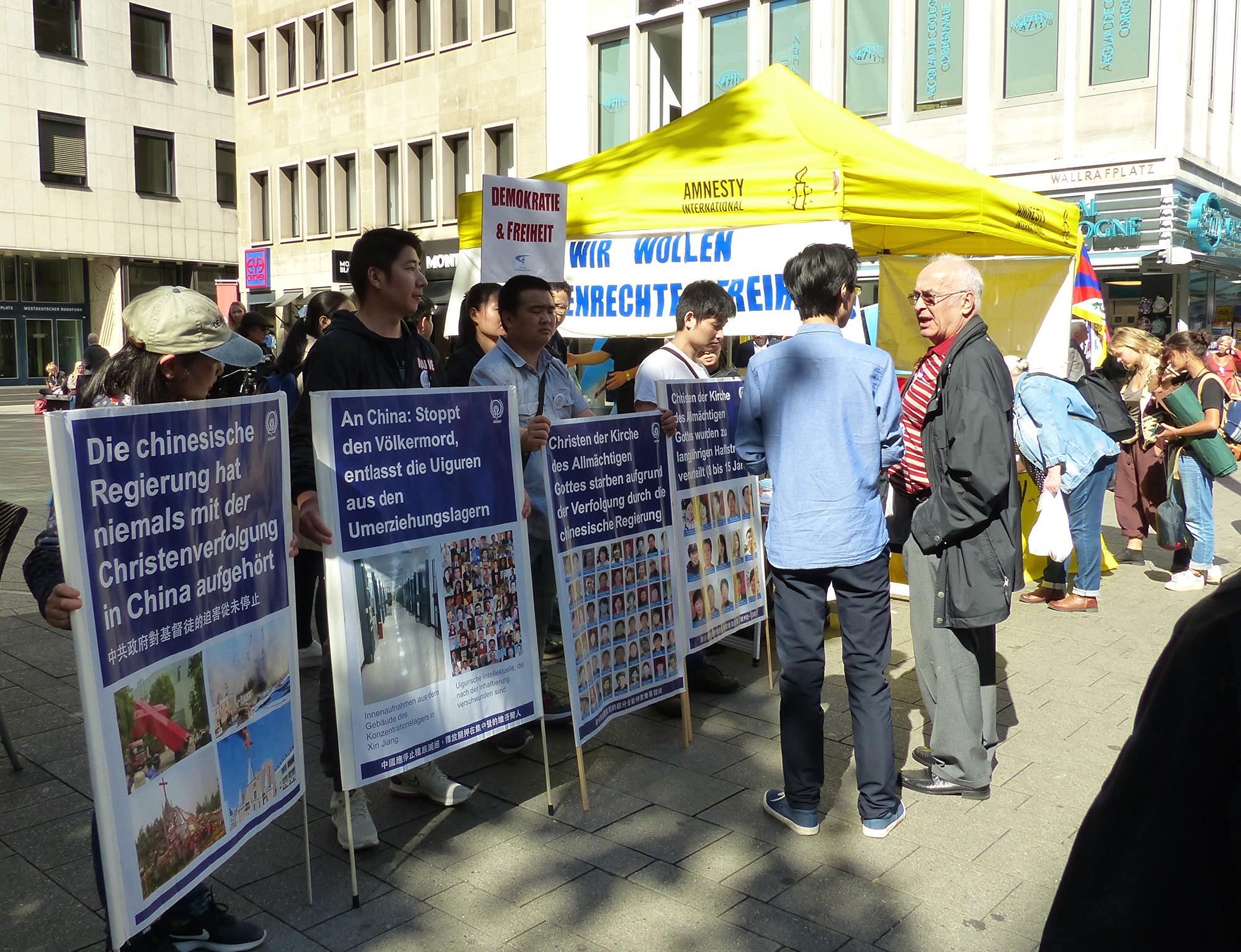 2019年9月14日,多團體齊聚德國科隆譴責中共,聲援香港民眾五大訴求。圖為在中國受迫害的基督徒呼籲停止對基督徒的迫害。(莫凌/大紀元)