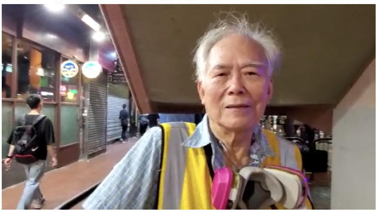 29日晚,銀髮族的王伯跟自己的團體還在為保護香港孩子努力,他們也帶著一切防護裝置。(駱亞/大紀元)