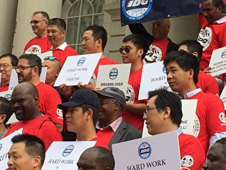 开Uber是很多华人移民的职业,昨天集会上出现很多华人司机。