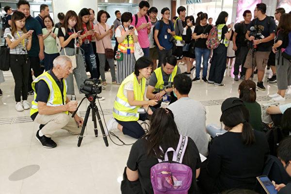 2019年9月7日,梁珍在九龍灣直播和採訪抗爭者促交代831事件真相。(朱利亞/大紀元)