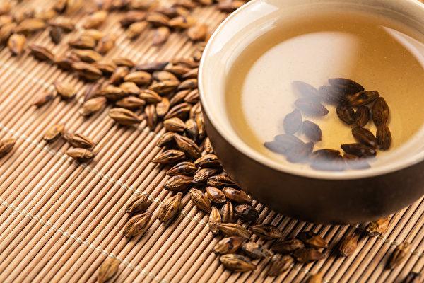 大麥茶不僅能健胃整腸,還可消水腫、降膽固醇。(Shutterstock)