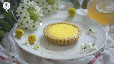 """""""法式柠檬塔""""最早缘起在地中海地区,法国南部城市——芒通。传统的柠檬塔,塔上面会有一层厚厚的蛋白霜,为迎合台湾市场的口味,因此变化成我们现在看到的柠檬塔版本。"""