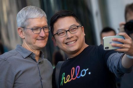 图为苹果CEO库克与民众合照。