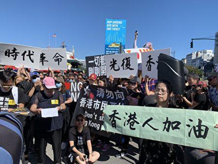 昨天(29日)在紐約中領館對街的碼頭前,數百人參加「紐約再集氣聲援港人」活動,集會上除了香港人外,還有西方人、西藏人、台灣人、老華僑和大陸人,站在了同一個反共的陣線上。 (蔡溶/大紀元)
