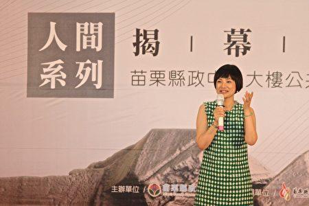 朱銘文教基金會執行長吳素美(左2),希望人間系列作品能為縣府帶來歡愉與輕鬆氛圍。