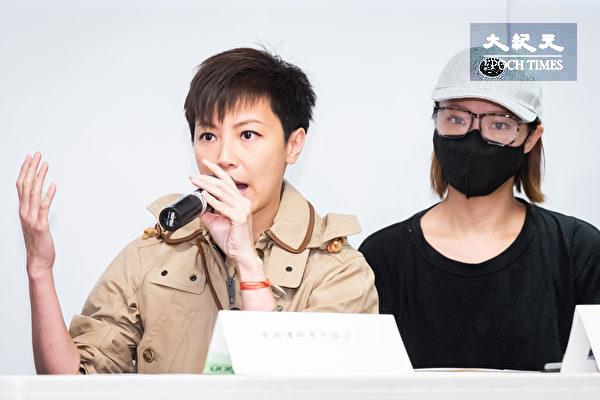 香港歌手何韻詩(左)、香港邊城青年代表關小姐(右)12日出席記者會,呼籲港台民眾能支持「929台港大遊行:撐港.反極權」活動。(陳柏州/大紀元)