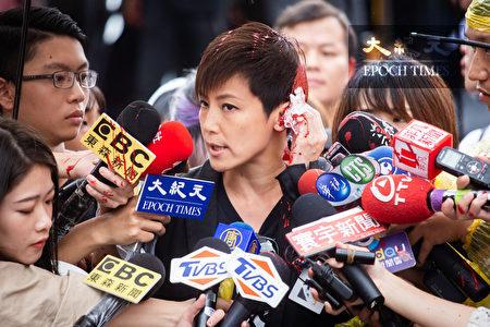 """香港歌手何韵诗29日出席""""929台港大游行—撑港反极权""""游行活动,会前接受媒体访问时遭不明群众泼漆。"""