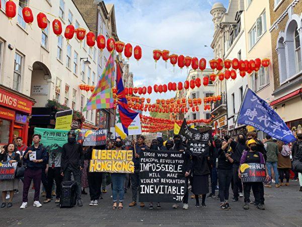 9月28日,數千人的遊行隊伍走進了倫敦唐人街。(唐韻詩/大紀元)