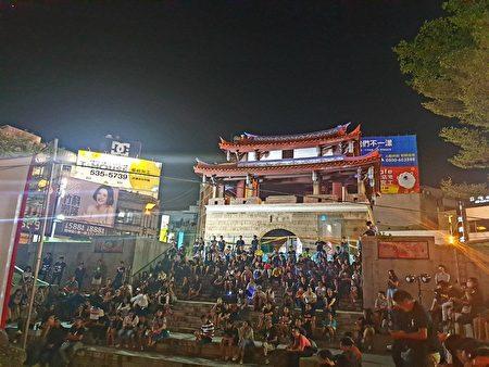 新竹民眾聚集在東門城階梯廣場觀賞《十年》電影播映