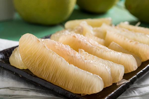 柚子虽然好处多,但热量比较高,食用时要注意摄取的份量。(Shutterstock)