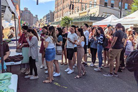民众排队购买可品尝八家台湾珍珠奶茶摊位的试饮卷。