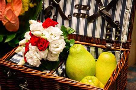 中秋,最早出現於《周禮》,《禮記・月令》上說:「仲秋之月養衰老,行糜粥飲食。」《禮記》也早有記載「秋暮夕月」,意為拜祭月神。
