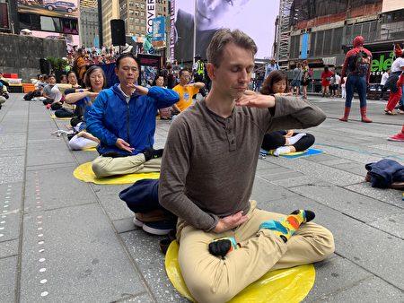 約百名中西法輪功學員在紐約著名景點——時代廣場煉功弘法,吸引世界各地遊客的目光。(林丹/大紀元)