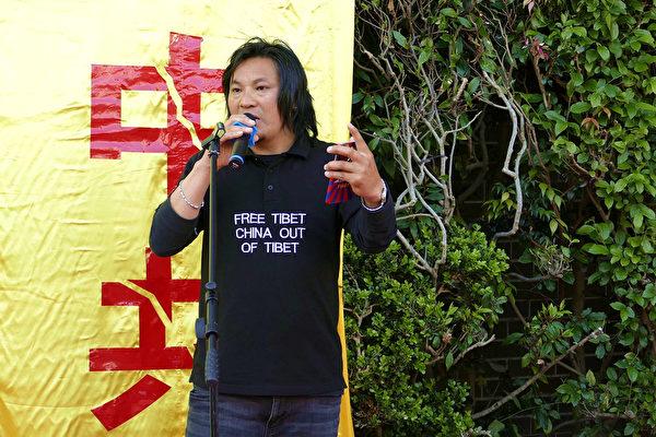 2019年9月29日,悉尼民眾在中領館前舉行國殤日悼念集會。圖為悉尼西藏青年大會主席Tsundue Oser。(安平雅/大紀元)