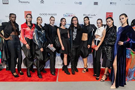 14日舉辦的「亞洲時尚服裝秀」上,模特兒展示設計師的服裝作品。