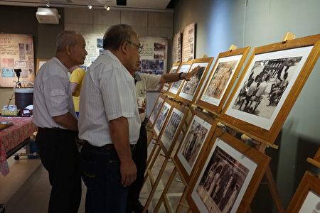 民众专注地观赏老照片。