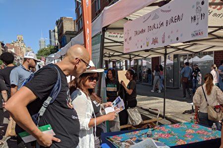 纽约民众至台湾观光局的摊位,参考台湾旅游文宣上的热门景点。