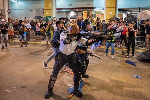 曾手持長槍瞄準民眾的「光頭警長」,叫囂這才是國際標準。( Kwok/Getty Images)