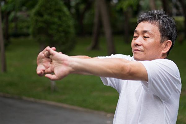 维持肌肉功能的运动:柔软度运动,宜选择静态伸展。(Shutterstock)