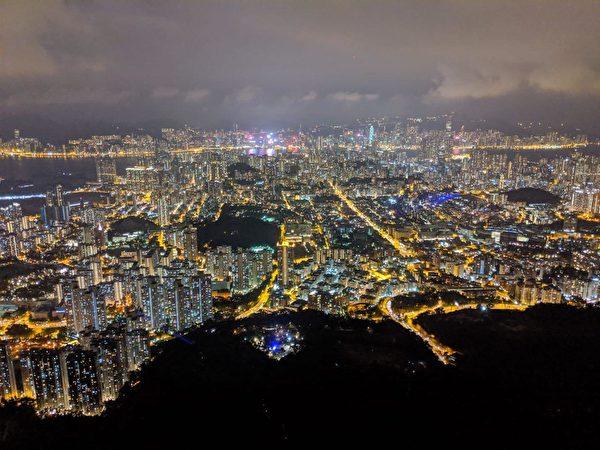 獅子山上可以看到香港全城,市民組成人鏈,燈光閃閃,反應港人堅持抗爭的決心。(黃曉翔/大紀元)