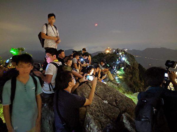 獅子山上市民組成人鏈,燈光閃閃,反應港人堅持抗爭的決心。(黃曉翔/大紀元)