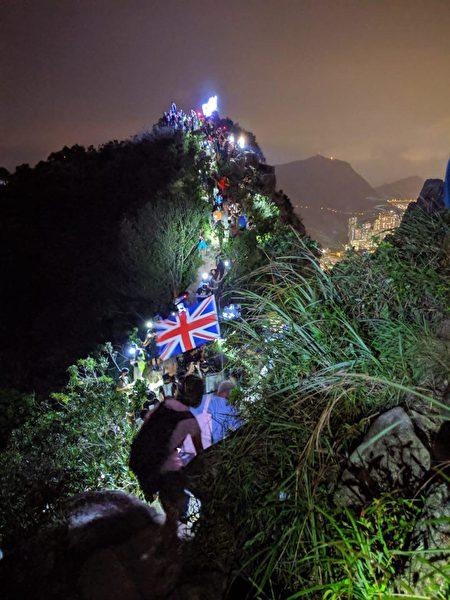 9月13日,中秋節,香港民眾手牽手築起9.13人鏈持續抗議。圖為獅子山聚集的民眾。(黃曉翔/大紀元)