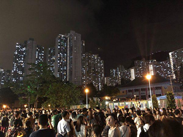 9月13日中秋夜,黃大仙廣場仍有不少民眾聚集。(謝恩慈/大紀元)