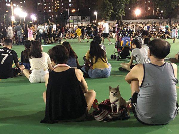 在長沙灣遊樂場,許多市民入夜仍然在留守。(Juliana/大紀元)
