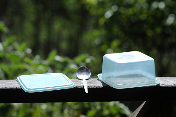 保鮮盒清洗後,需要晾乾或烘乾再組裝,避免膠條潮濕孳生黴菌。(Shutterstock)