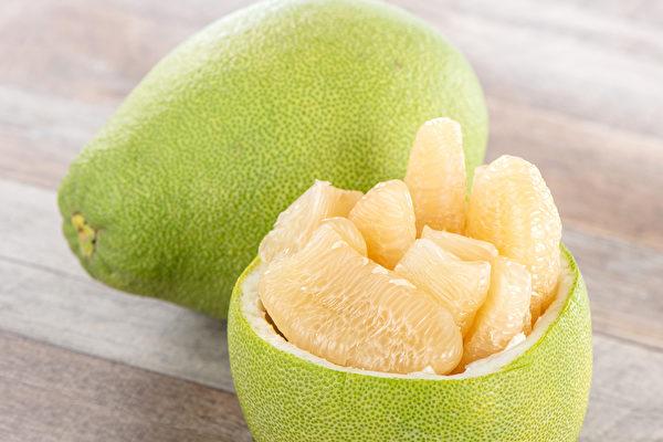 柚子有助消化、解便秘等多种益处,但一些情况不适合食用。(Shutterstock)