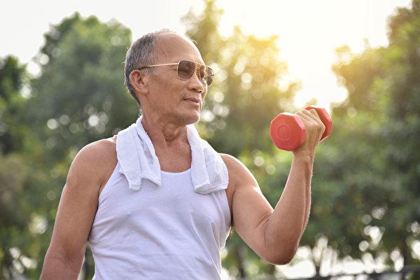 年长后容易肌肉流失,出现肌少症,如何维持肌肉量?(Shutterstock)