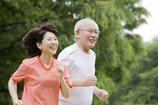 補充營養搭配中強度運動,皆有助提升免疫力。(Shutterstock)