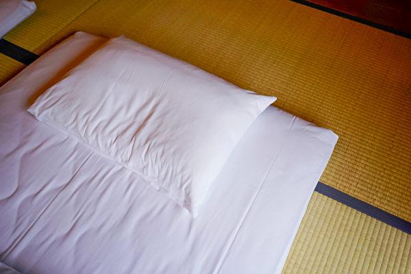 薄硬的墊被和鬆軟的床墊,哪一個更能消除疲勞?(Shutterstock)