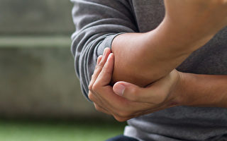 网球肘的症状是手肘痛、抓握困难,如何缓解疼痛?(Shutterstock)