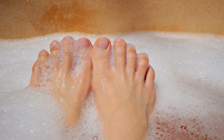 脚跟又粗又硬?洗脚这样做 让脚跟光滑柔软