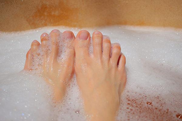 脚跟粗糙、厚硬,怎样清洗脚跟才能让它变得光滑柔软?(Shutterstock)